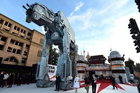 VIDEO: 'Last Jedi' premiere kicks off with droids, Daisy Ridley