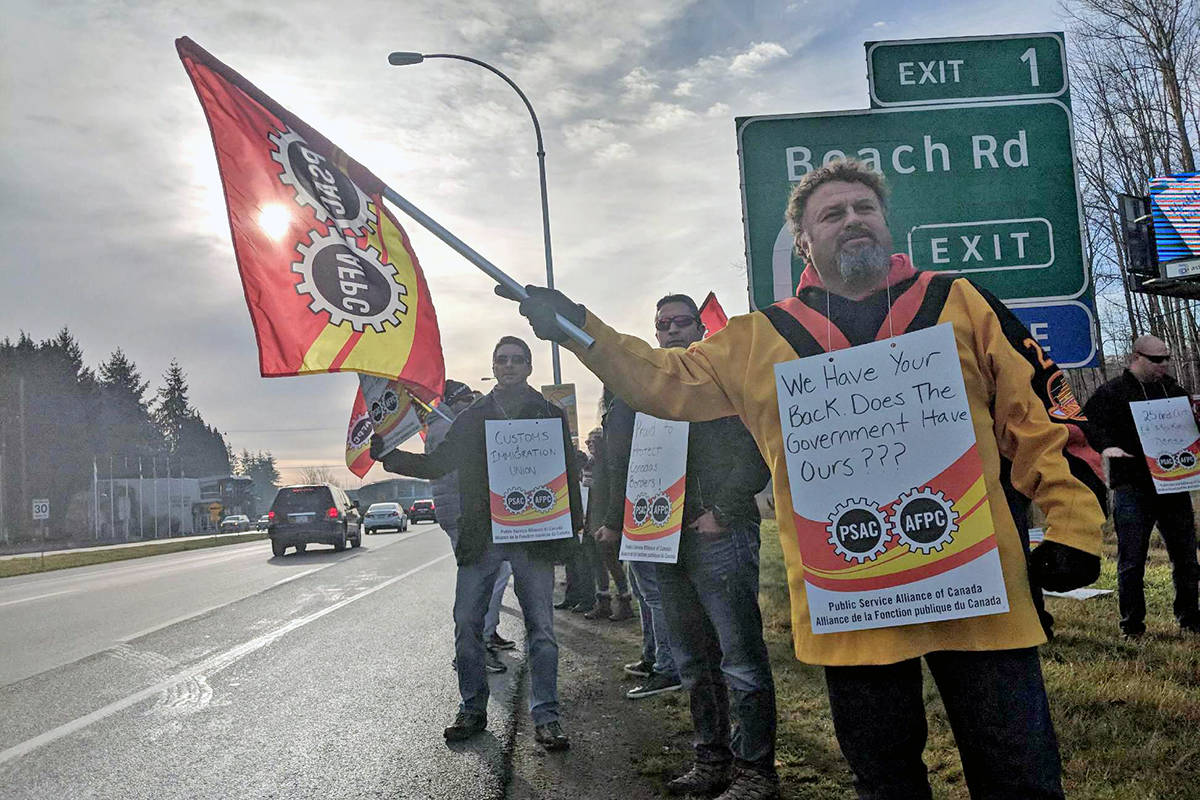 Border officers rally at B.C.'s Peace Arch