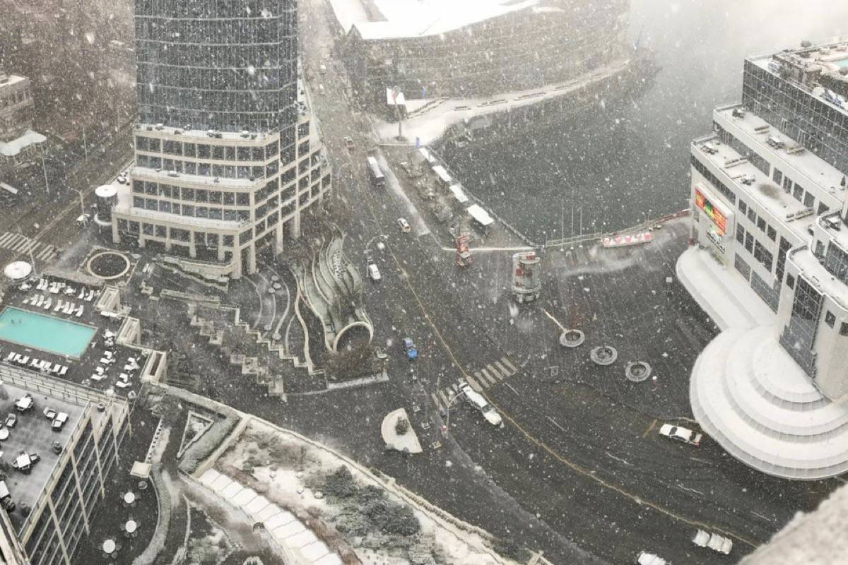 Snow blankets downtown Vancouver Tuesday. (Fairmont Vancouver/Twitter)