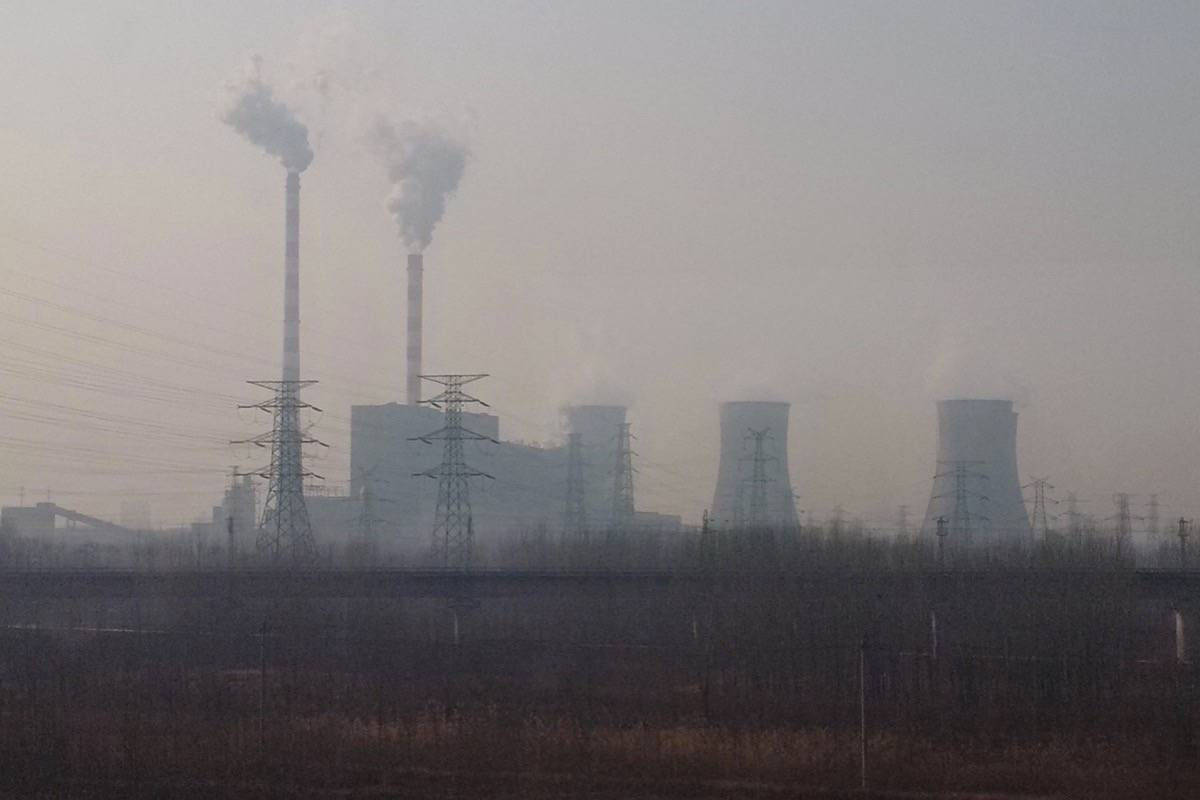 Coal-fired power plant shrouded in smog south of Beijing, November 2016. China's government cancelled 100 coal-fired projects last year, but is proceeding with another 700. (Tom Fletcher/Black Press)