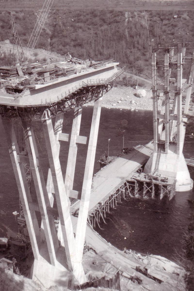 Construction of the Kinnaird Bridge from 1964. (Photo courtesy Walter Volovsek/Kootenay Gallery)