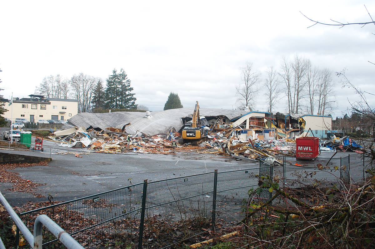 KURT LANGMANN PHOTO: Demolition crews made quick work of tearing down the decommissioned 45 year old Aldergrove Community Ice Arena Monday morning, Dec. 17, 2018.