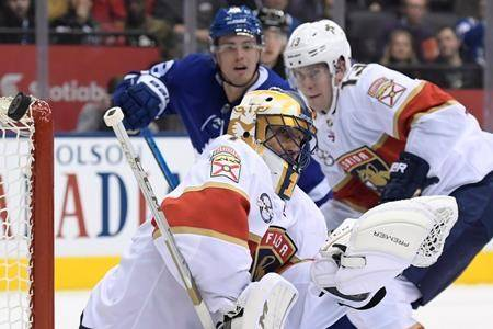 Florida Panthers goaltender Roberto Luongo (1) makes a save against the Toronto Maple Leafs cduring first period NHL hockey action in Toronto on Thursday Dec. 20, 2018. (THE CANADIAN PRESS/Nathan Denette)