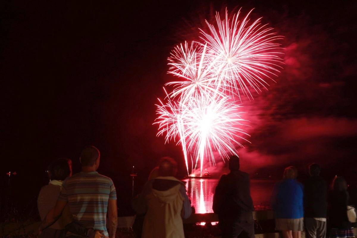 Parksville Beach Festival attendees take in the Quality Foods fireworks display during the Beach Fest finale in 2017. (Adam Kveton/PQB News)