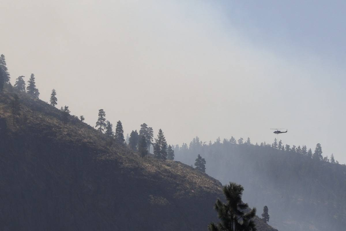 Helicopters work to douse Eagle Bluff wildfire in the Gallagher Lake region (Laryn Gilmour/Black Press Media)