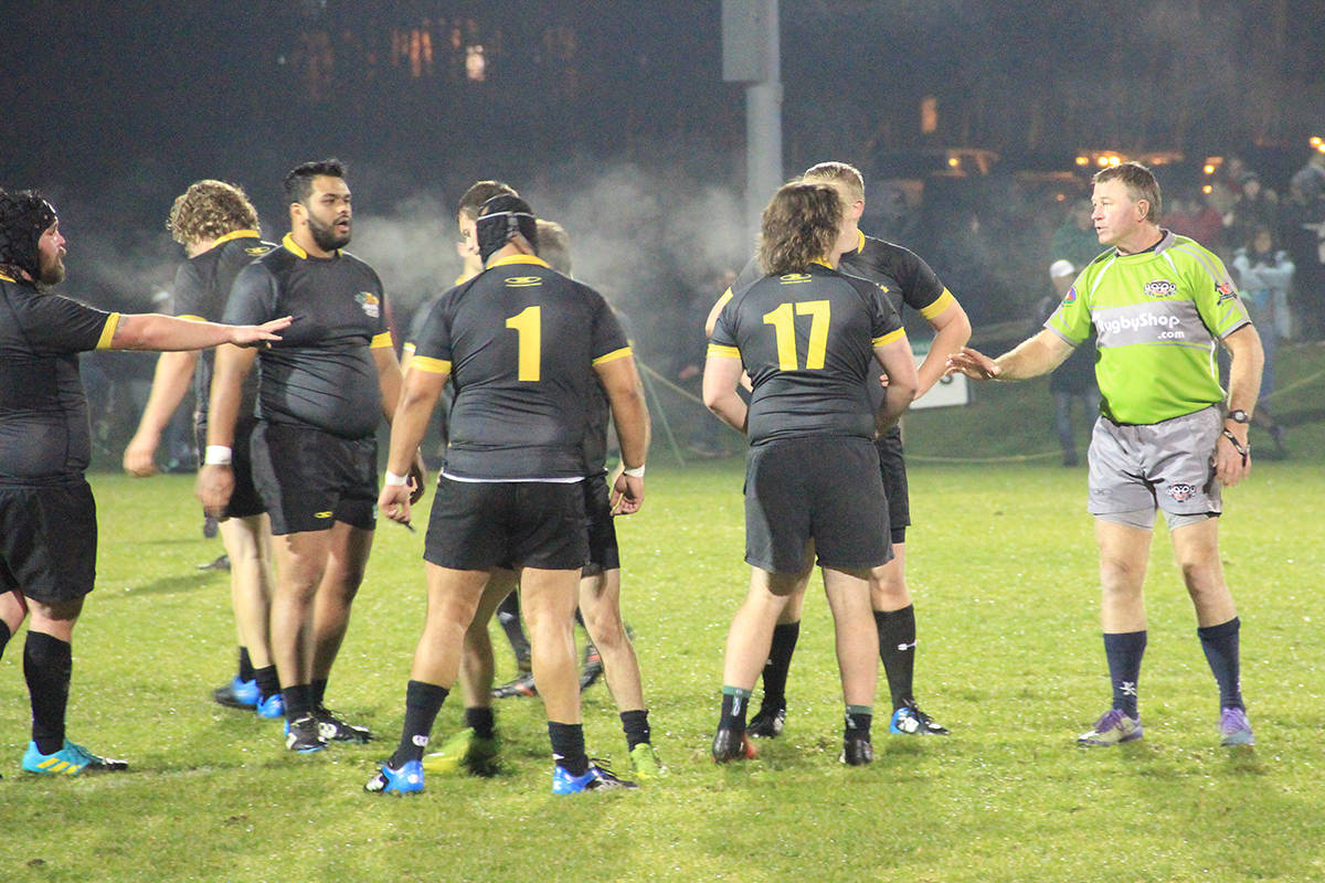 The referee has a word with some of the Beavers. (Photo: Malin Jordan)
