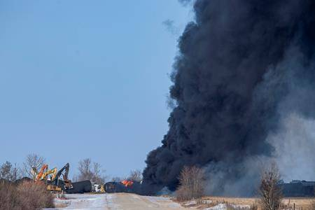 Emergency crew respond to CP Rail train hauling crude oil that derailed near Guernsey, Sask. on Monday, December 9, 2019. (THE CANADIAN PRESS/Liam Richards)