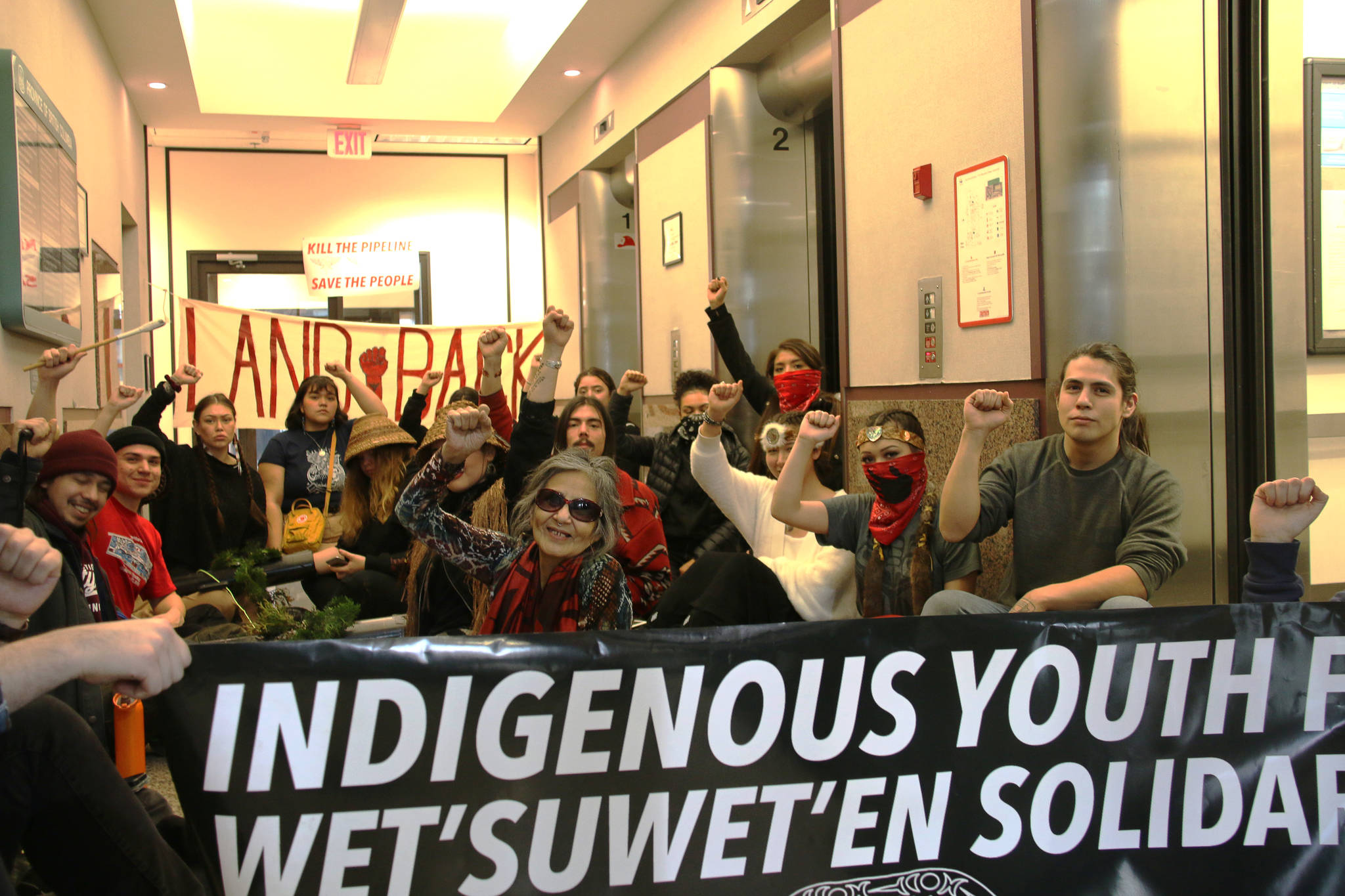 A group of about 20 protesters blocked the entrance to the Minsitry of Energy, Mines and Petroleum Resources building in Victoria on Tuesday in a show of solidarity for the Wet'suwet'en First Nation. (Kendra Crighton/News Staff)
