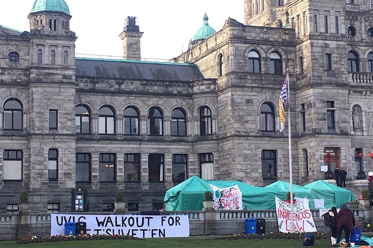Camp outside B.C. legislature the morning after a confrontation with police as they removed protesters from the Indigenous relations ministry on the evening of March 4, 2020. (Tom Fletcher/Black Press)