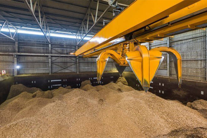 A biomass crane handling wood waste. (CNW Group/FortisBC)