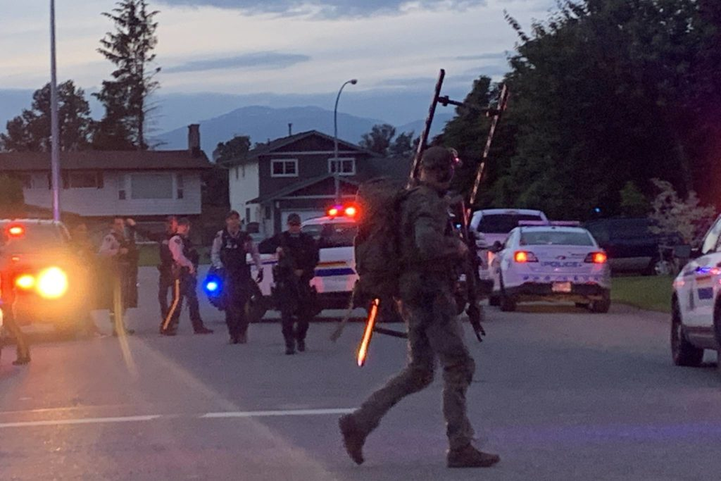 An RCMP Emergency Response Team officer on the scene of a police incident involving shots fired, according to witnesses, near Christina Drive in Chilliwack on May 23, 2020. (Paul Henderson/ The Progress)