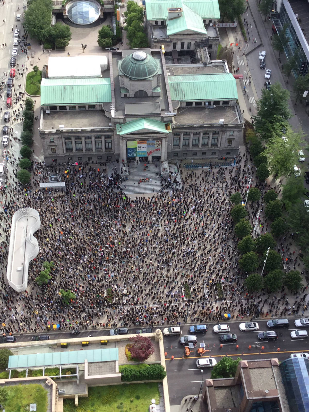 A large crowd gathered outside the Vancouver Art Gallery to protest racism and police violence on Sunday, May 31, 2020. (Marguerite Ethier/Twitter)