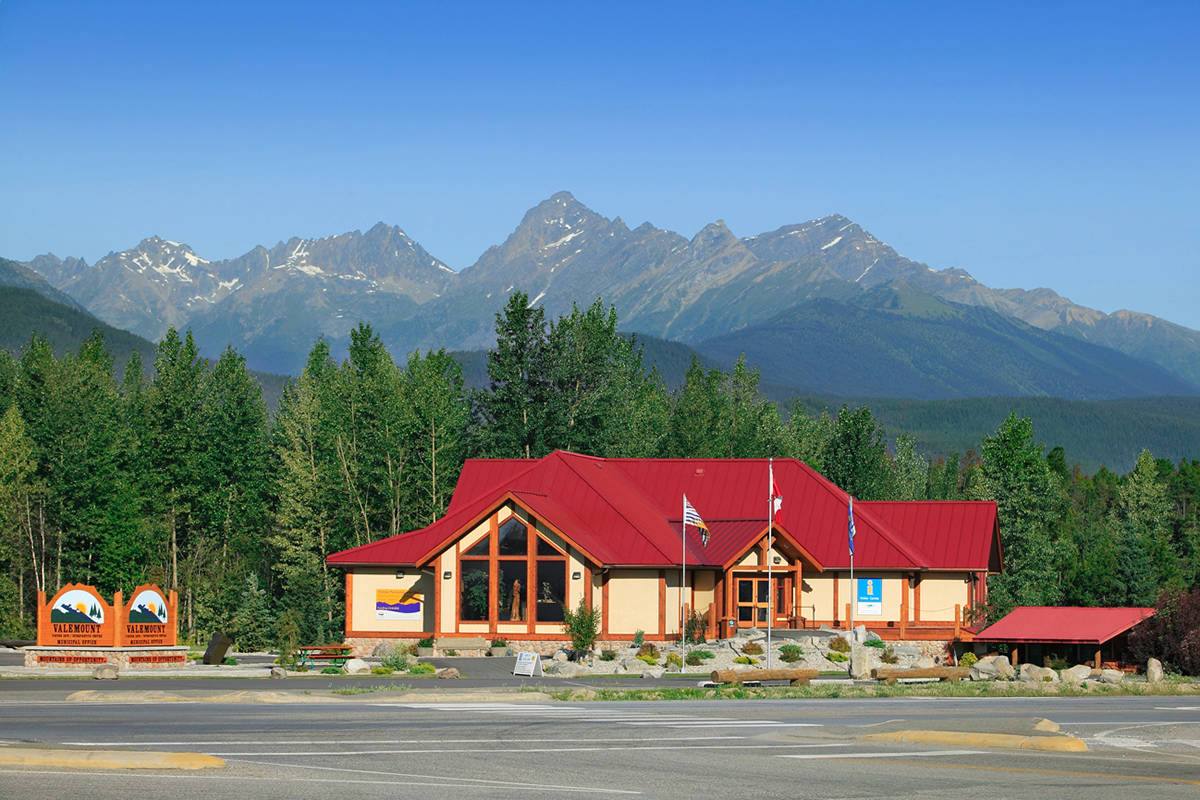Visitors Center along Hwy 5 to the town of Valemount, B.C., with the Cariboo Mountain range in background. (Village of Valemount/Wikimedia Commons)