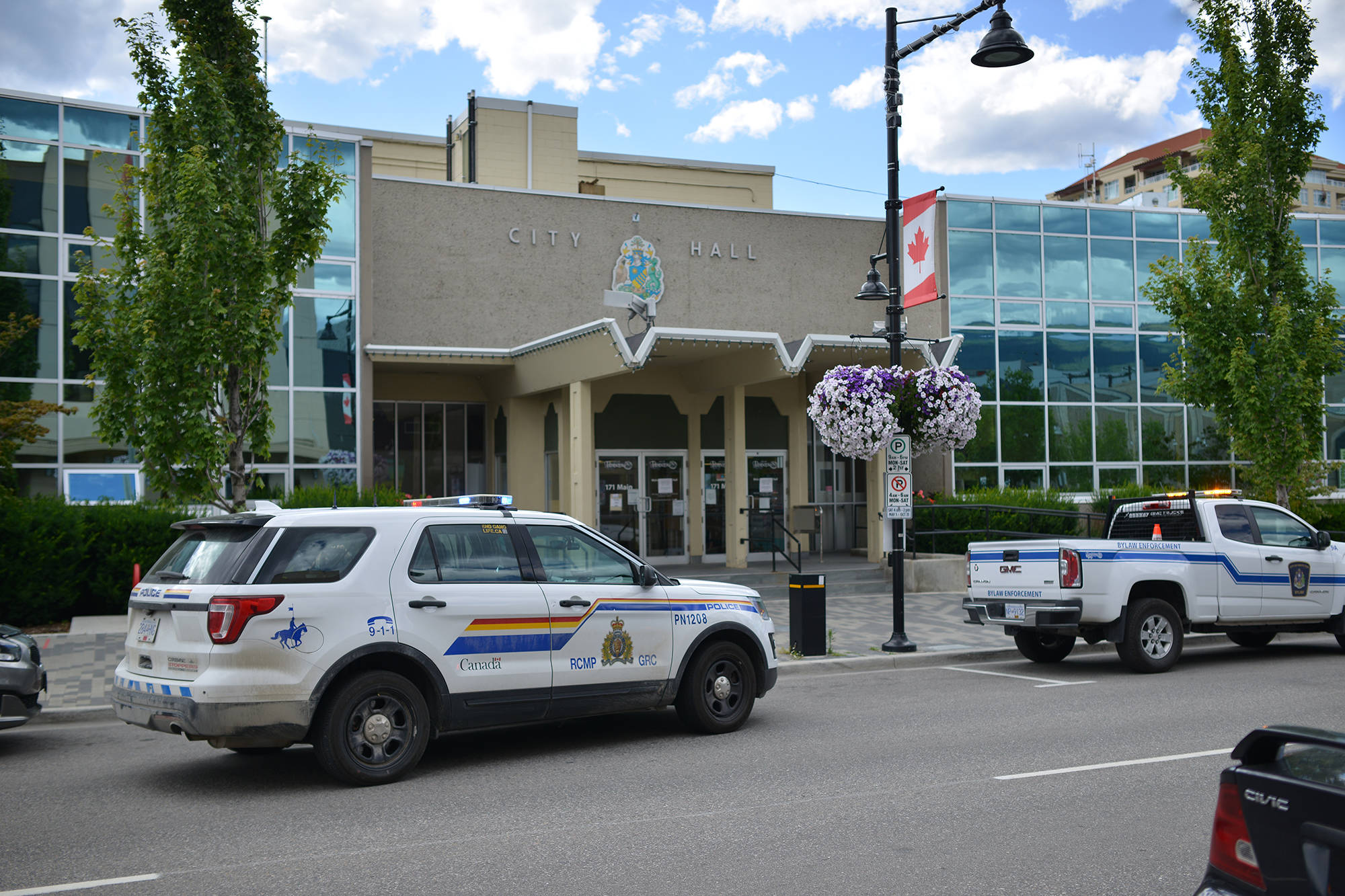 Members of the RCMP attend an incident in Penticton in 2020. (Phil McLachlan - Western News)