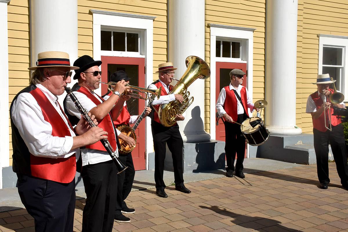 VIDEO: Langley jazz enthusiasts stroll around town Mardi Gras style