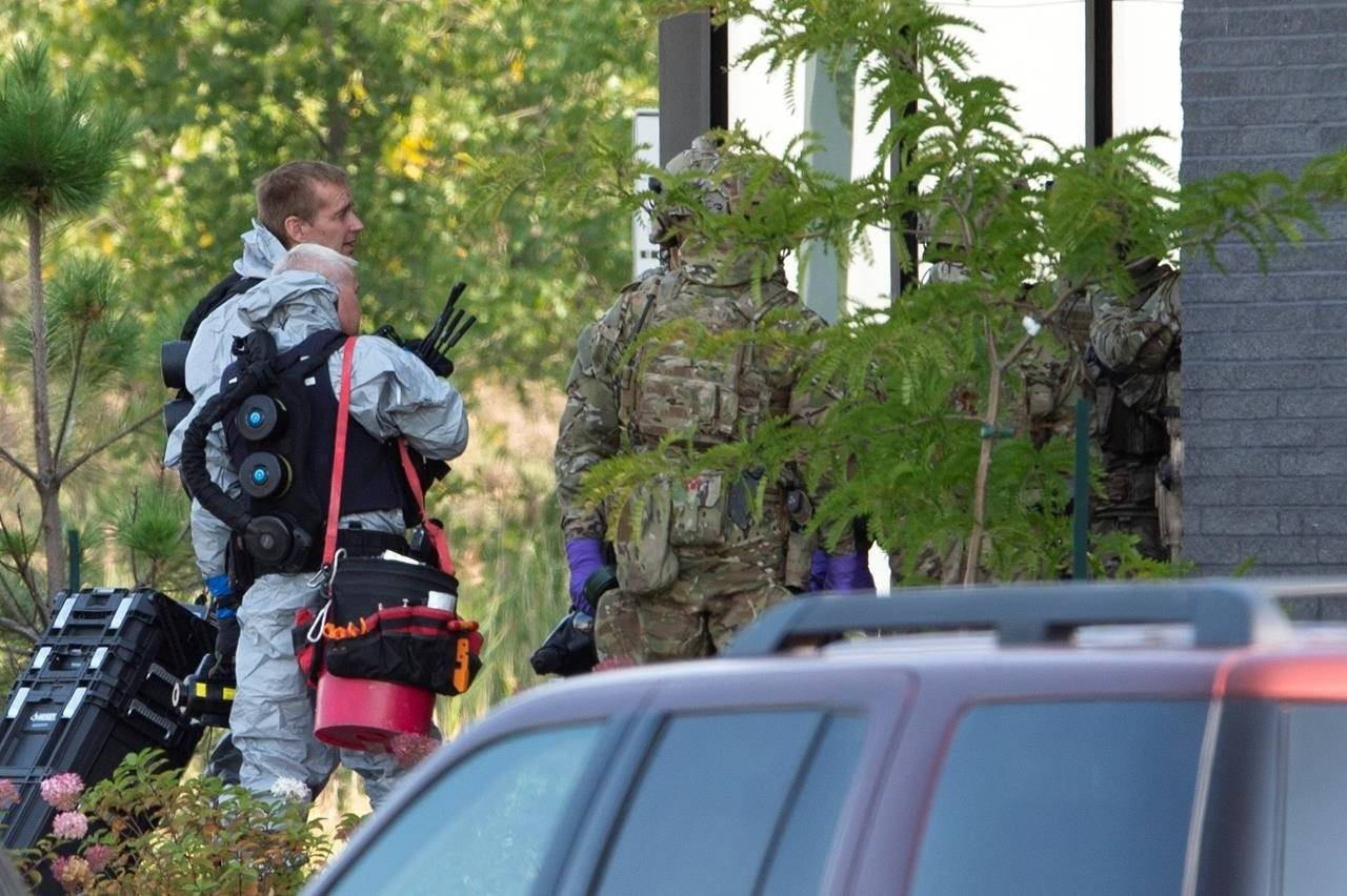 RCMP officers prepare to enter an apartment complex in connection with the mailing of ricin to President Trump, Monday, September 21, 2020 in St-Hubert, Que.,.THE CANADIAN PRESS/Ryan Remiorz