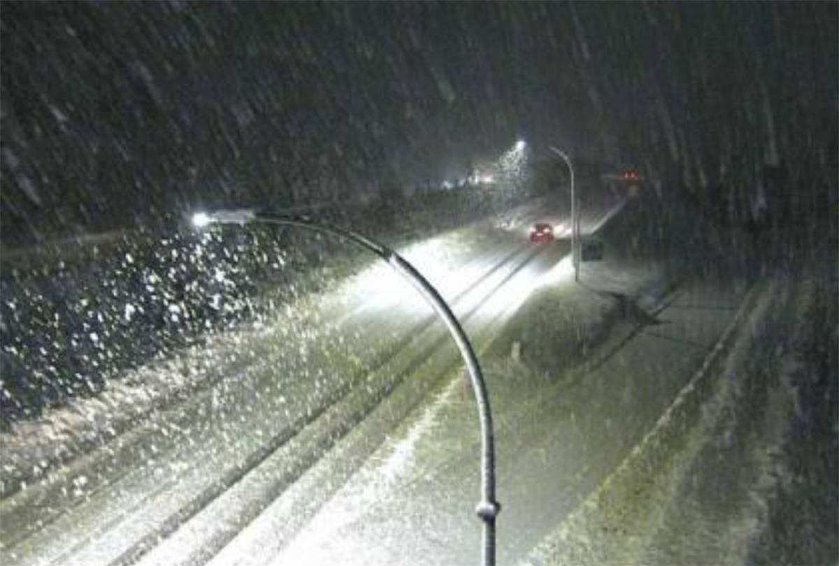 Heavy snow is seen falling on Hwy 5 near the Britton Creek Rest Area. (DriveBC)