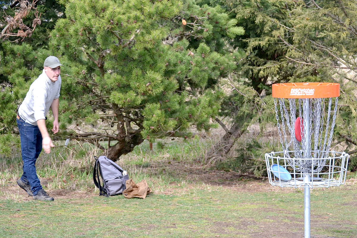 Players toss discs at Aldergrove's Raptors Knoll course. (Ryan Uytdewilligen/Aldergrove Star)