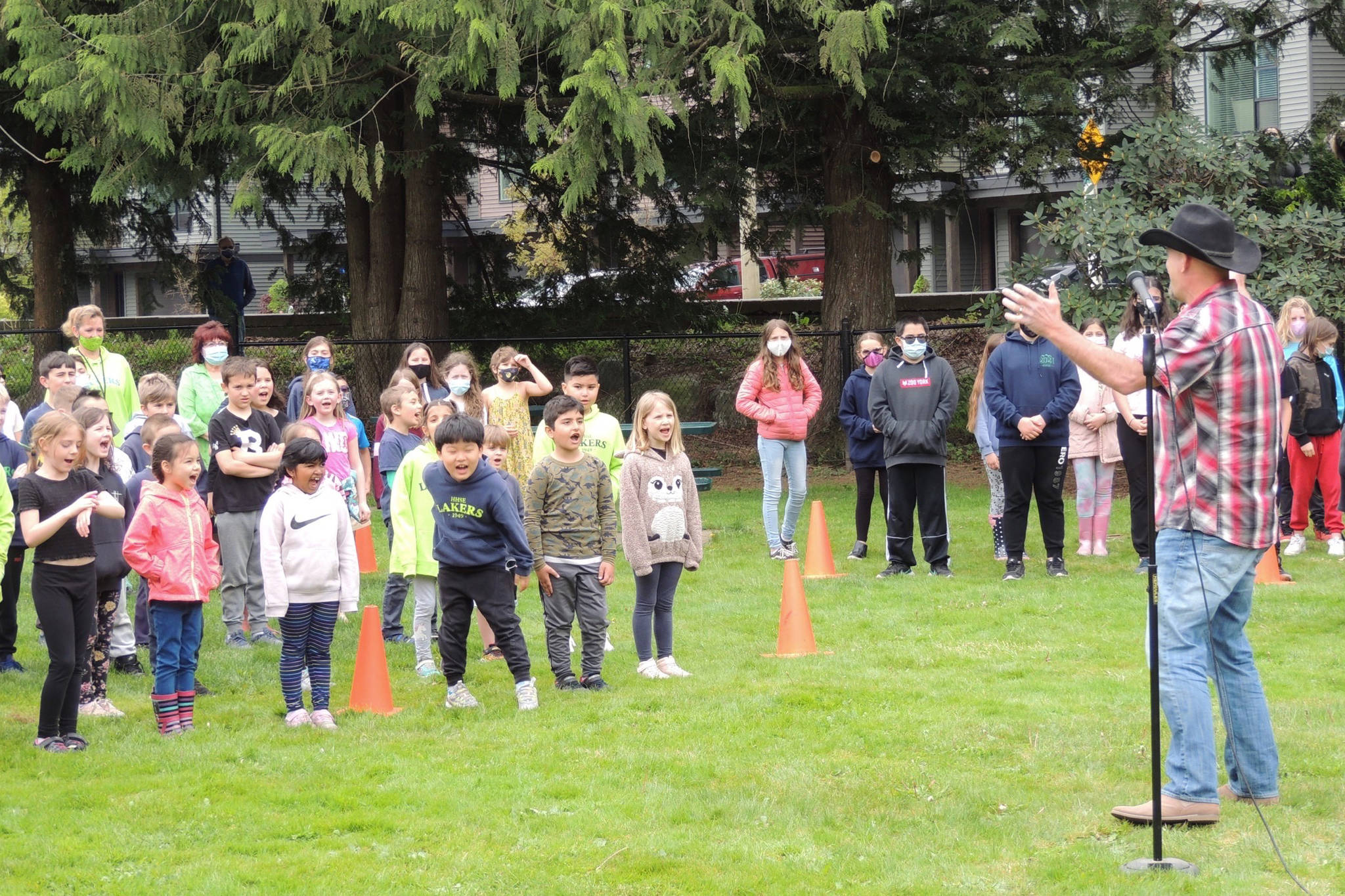 """Harrison Hot Springs Elementary students give it their all during a chorus of """"Green and Blue,"""" Todd RIchard's tribute to COVID-19 frontline workers. (Adam Louis/Observer)"""