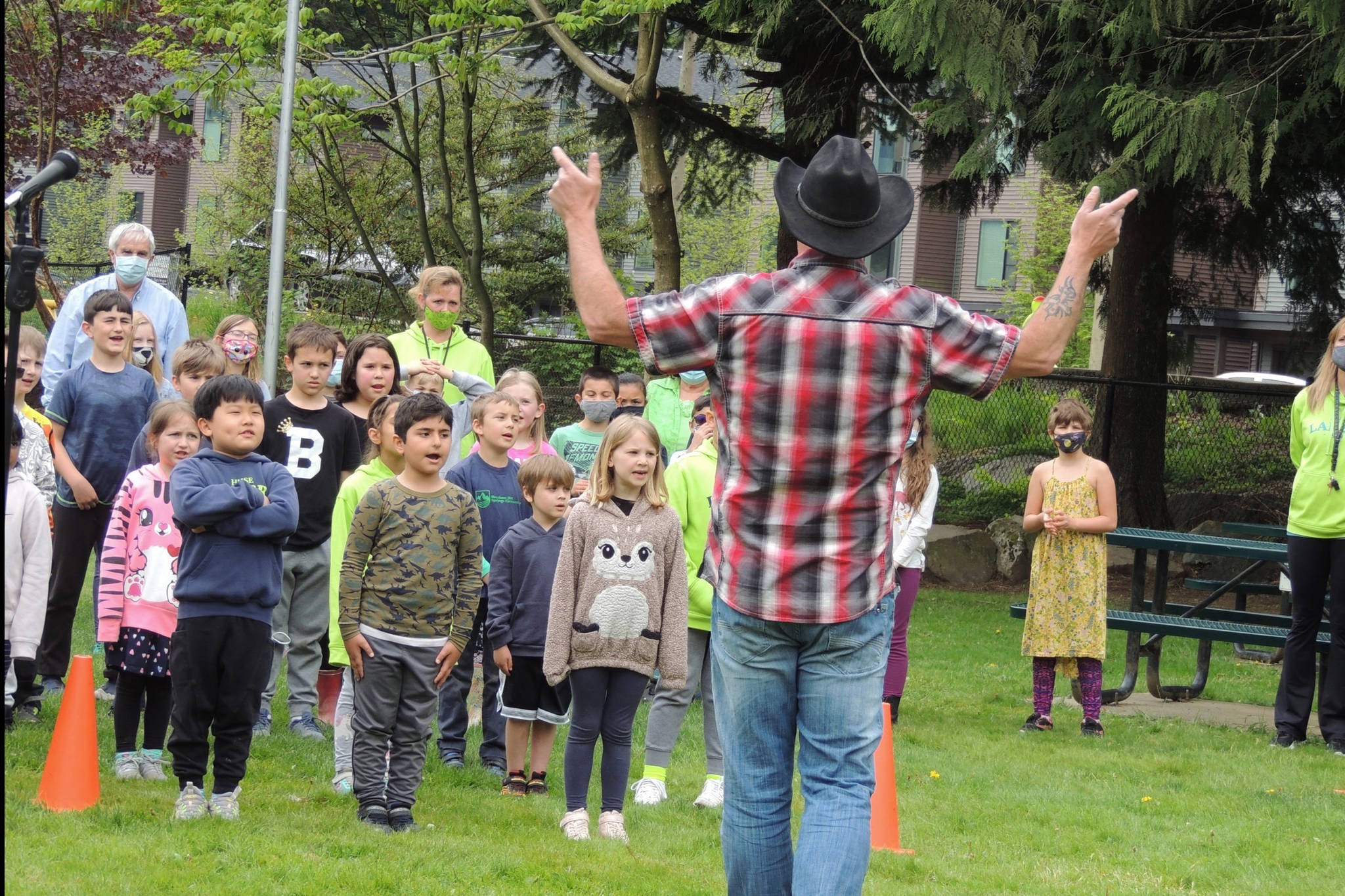 """Students join Harrison country artist Todd Richard in singing """"Green and Blue"""" on Monday, May 3. (Adam Louis/Observer)"""