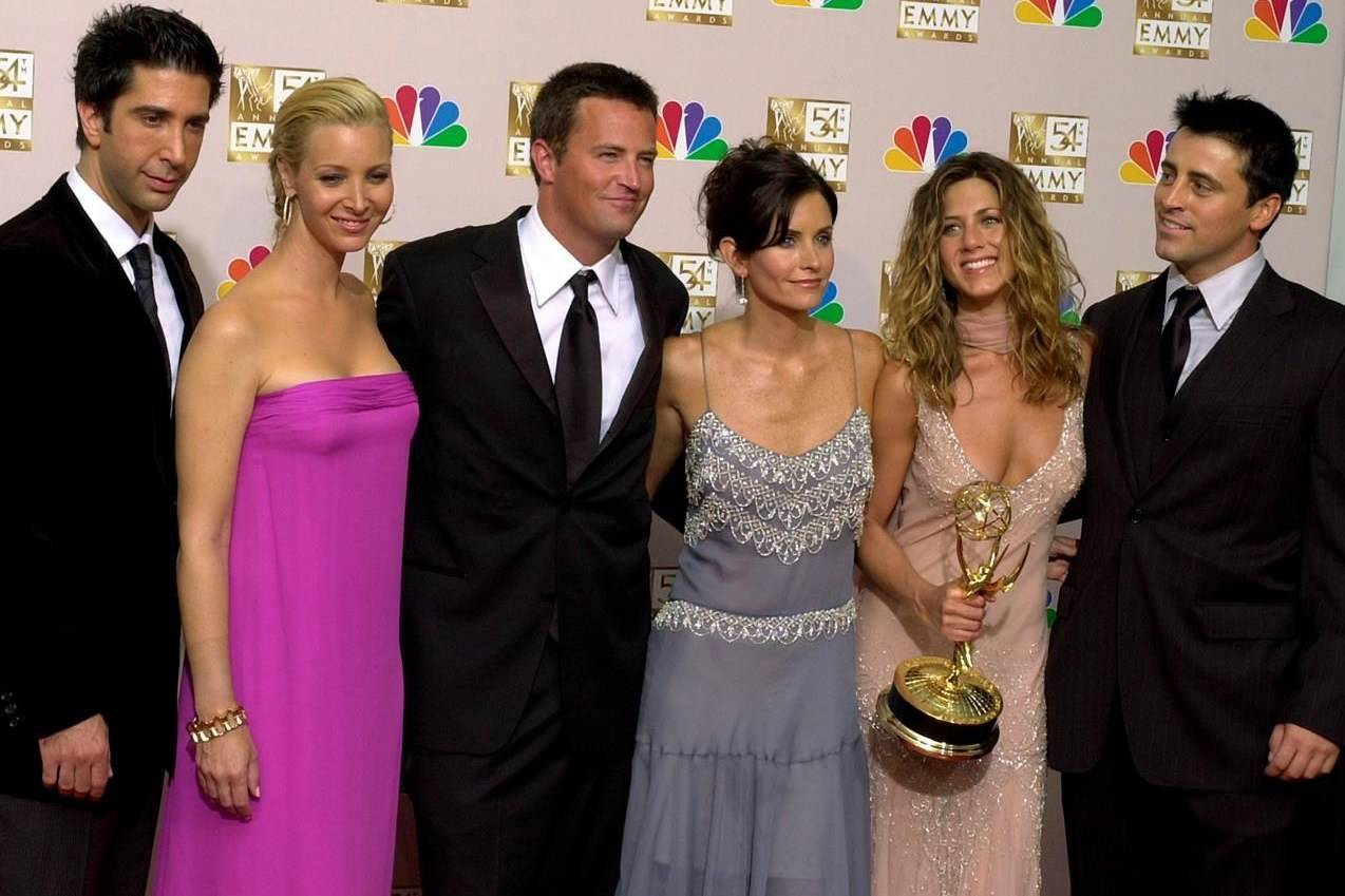 """In this Sept. 22, 2002, file photo, the cast of """"Friends,"""" from left, David Schwimmer, Lisa Kudrow, Matthew Perry, Courteney Cox, Jennifer Aniston and Matt LeBlanc pose in the press room with the award for outstanding comedy series at the 54th annual Primetime Emmy Awards in Los Angeles. THE CANADIAN PRESS/AP/Reed Saxon"""