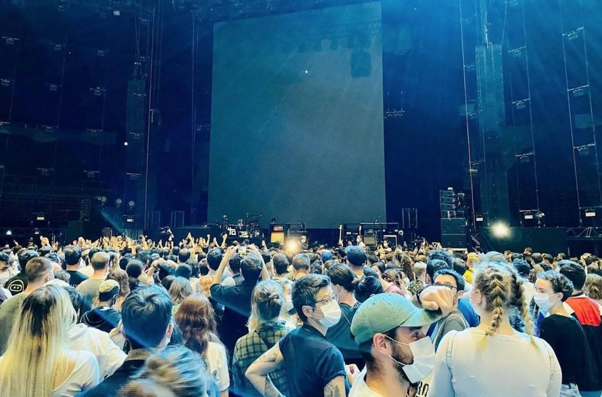 "People attend the massive experimental concert ""Ambition Live Again,"" organized by Assistance Publique-Hopitaux de Paris and music industry union Prodiss to assess health risks. (Instagram/Merwanrim)"
