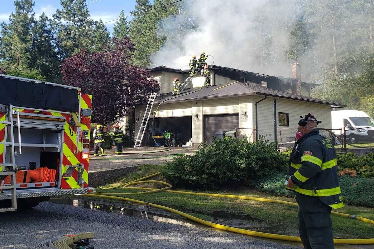 Smoke pours from the Hallam Drive home. (Amandalina Letterio - Kelowna Capital News)
