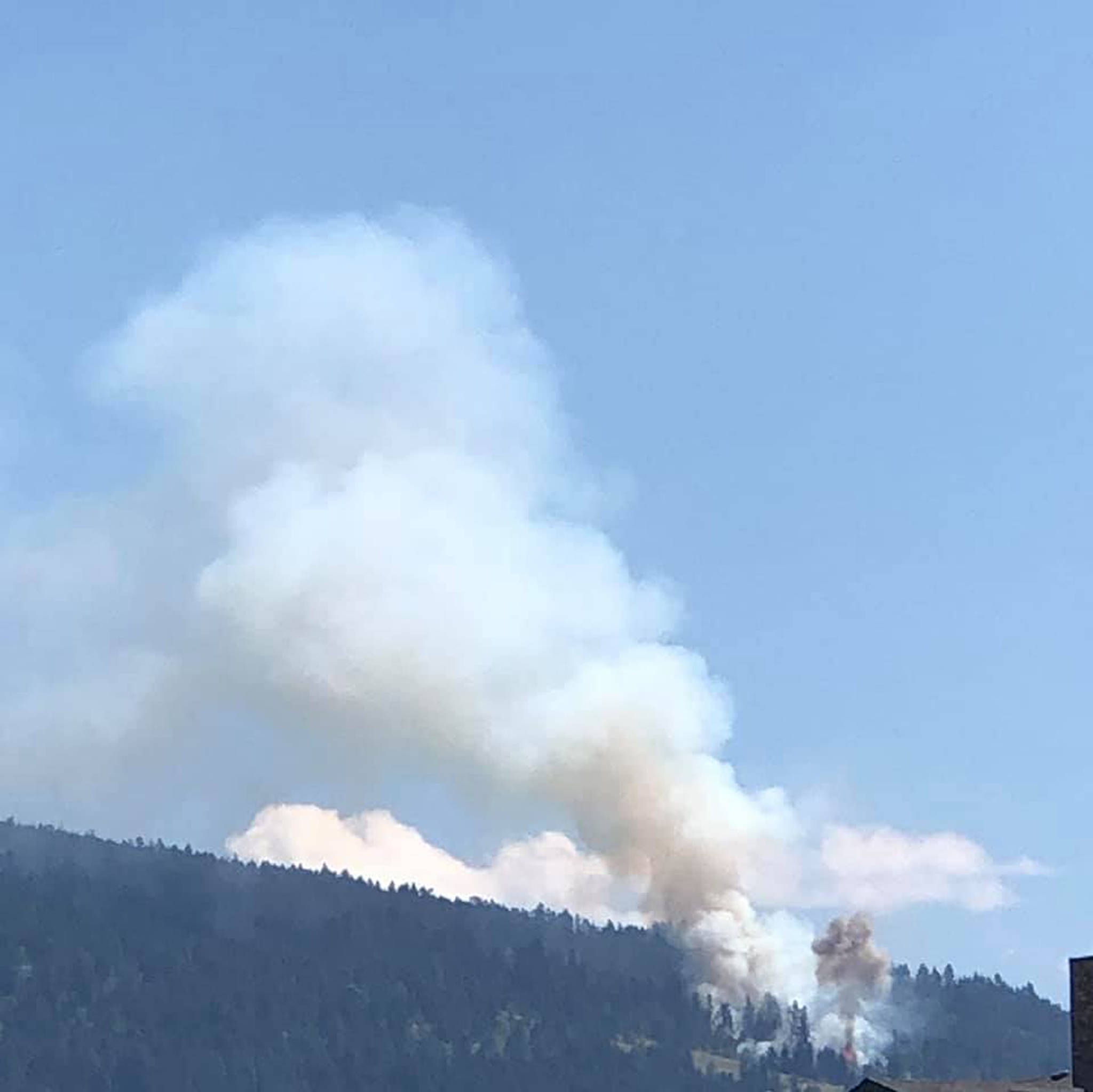 The fire currently burning above Pottery Road in Vernon. (Diane Sissons/ Facebook)