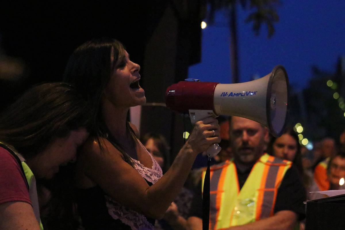 The crowd sings Amazing Grace together. (Aaron Hemens/Capital News)