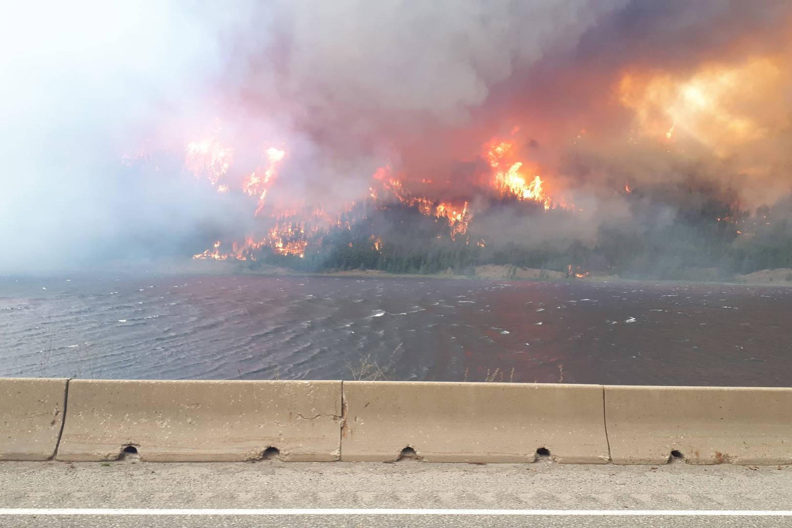 The White Rock Lake wildfire as seen from Monte Lake Thursday, Aug. 5, 2021. (@Louann - Twitter)