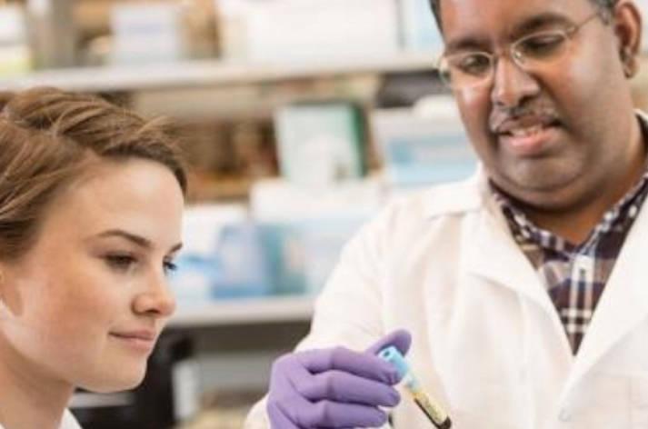 Dr. Kizhakkedathu and Dr. Siren working in a UBC lab (Paul Joseph/UBC)