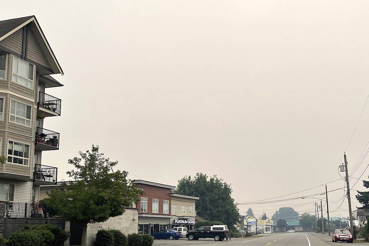 Smoke-filled skies on Alexander Avenue in downtown Chilliwack on Aug. 13, 2021. The air quality advisory remains in effect for the Fraser Valley and Metro Vancouver for a second day as winds blow smoke from wildfires into the region. (Jennifer Feinberg/ Chilliwack Progress)