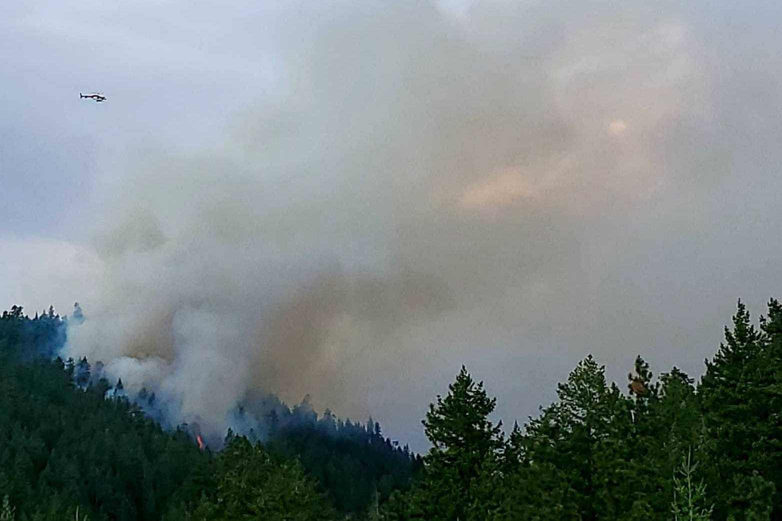Smoke and a helicopter visible near Peachland on Sunday, Aug. 15. (Kerry Hutter photo)