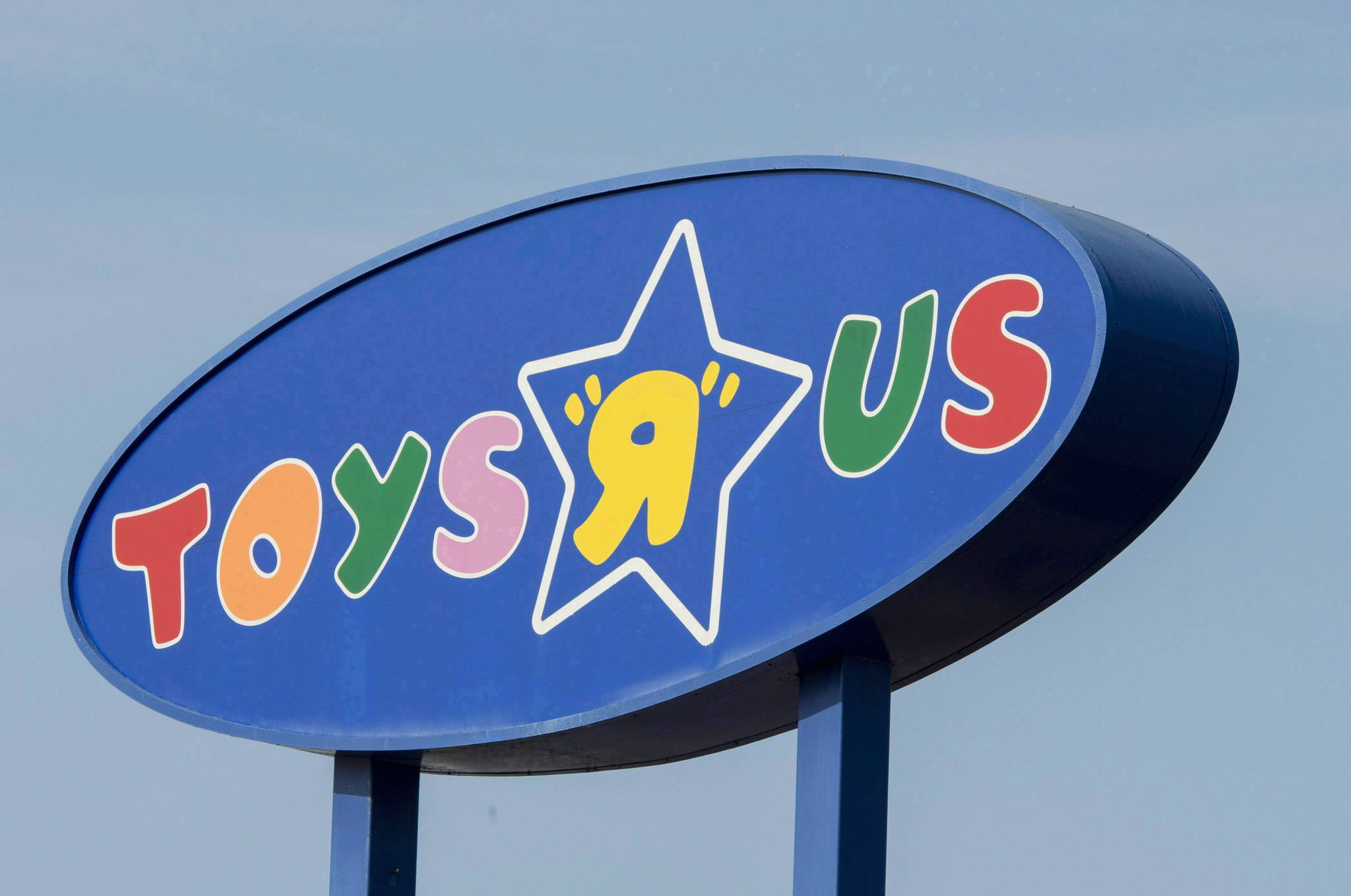 """A Toys """"R"""" Us sign is seen in Montreal on September 19, 2017. THE CANADIAN PRESS/Paul Chiasson"""