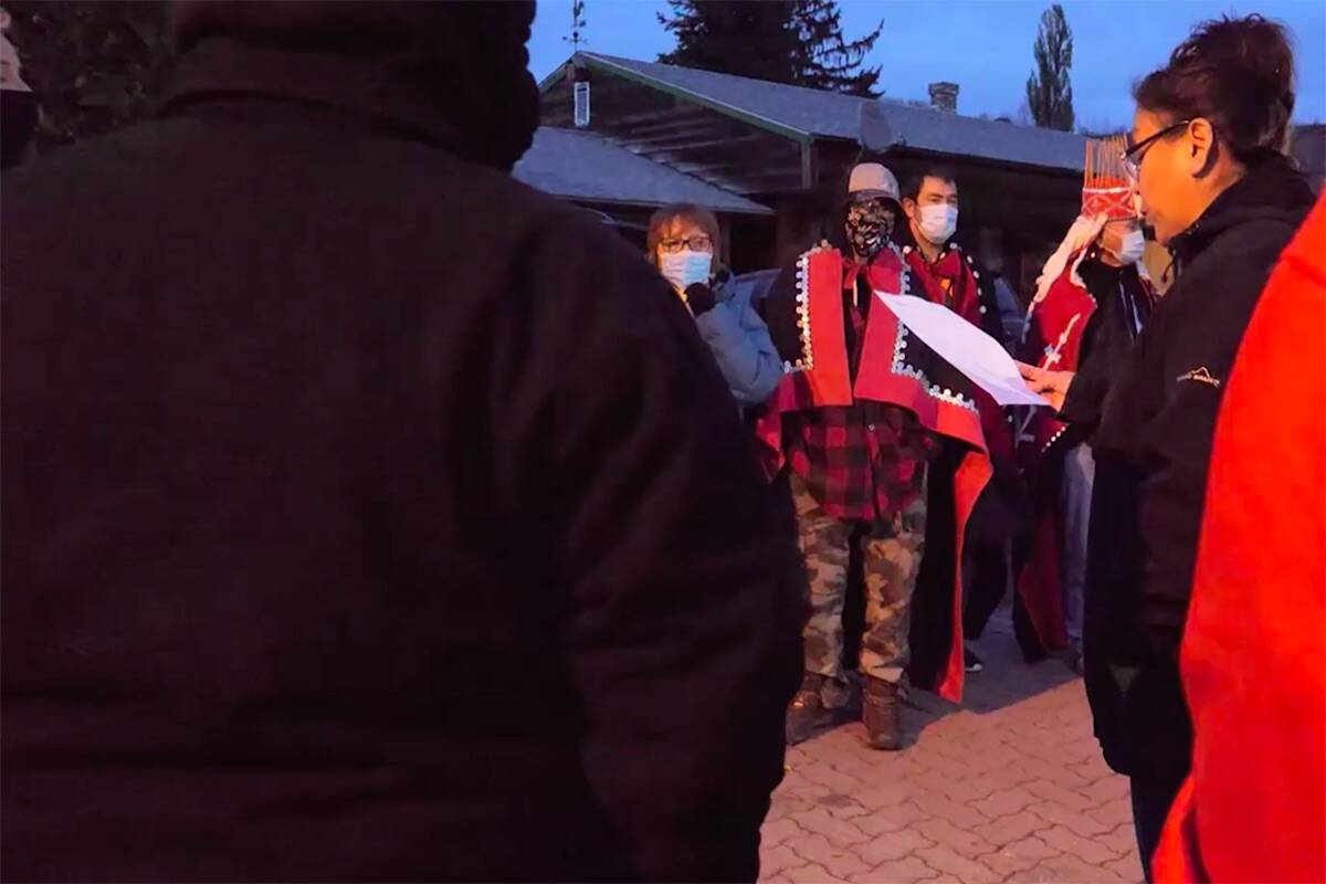 Gitanmaax chief councillor Tracey Woods, reads out the band's decision to the social workers who had come to take back a six-year-old girl from the reserve. ( Git'luuhl'um'hetxwit/ Facebook)